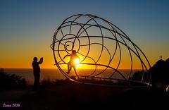 Abrazando al sol. (loriagaon) Tags: sonydscrx10iii sonyrx10lll rx10lll macro loriagaon loria galicia pontevedra espaa paisajes landscapes scenery puestadesol sunset esculturas naturaleza nature