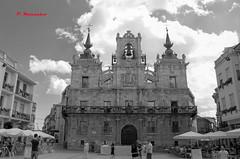 30, AYUNTAMIENTO DE ASTORGA (patryelpego) Tags: bn ayuntamiento astorga balcones maragatos juanzancuda colasa reloj escudos
