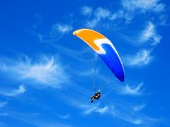 Volez avec les oiseaux (M. Carpentier) Tags: ciel bleu sky blue sailing voile parapente libert liberty nuage cloud ilesdelamadeleine magdalenisland