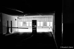 Luz a la salida (Ricardo A Senz) Tags: exit gente salida tollbooth street people fujifilm estacionamiento x100t colima parkinglot calle caseta