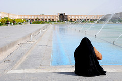 Lone woman by the fountain on Naqsh-e Jahan Imam Square, Esfahan / Iran (ANJCI ALL OVER) Tags: iran middleeast persia ایران esfahan isfahan اصفهان islamicrepublicofiran جمهوریاسلامیایران