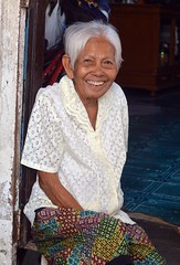 smiling grandma (the foreign photographer - ) Tags: smiling grandma good teeth khlong bang bua lard phrao portraits bangkhen bangkok thailand doorway