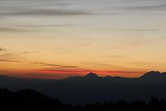 Au commencement (leblondin) Tags: sonnenaufgang salidadelsol nascerdosol sky clouds himmel berg montaa montanha belledonne alpes chartreuse fortsainteynard