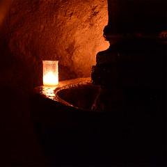 la luz a ti debida (manu_perez_73) Tags: pedraza segovia nochedelasvelas night candle piedra calles fuente agua manuperez73 nikond7100 fondonegro laluzatidebida poema vela gotasdeagua