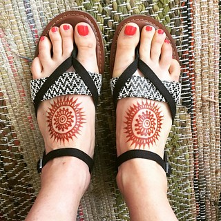 Enjoying my new sandals with these simple mandalas! #henna #mehndi #meghansmehndi @meghansmehndi