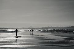 Preparandose (noldor12) Tags: atardecer spain surf bn cantabria loredo carlzeiss somo marcantábrico ribamontánalmar carlzeissplanart1750mm somosurf canoneos600d planart1750 somoplaya