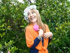 La felicidad (leograttoni) Tags: retrato portait joven woman gente rosa sonrisa smile airelibre jardn garden amiga friend laplata buenosaires
