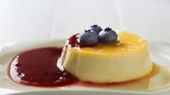 creme caramel (t.schwarze) Tags: red food rot yellow dessert sweet naturallight caramel gelb tageslicht blueberries cremecaramel blaubeeren