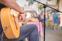 Un artista callejero (Nathalie Le Bris) Tags: lvm guitar guitarra guitarre musique music market mercado march cret blur bokeh hand mano main
