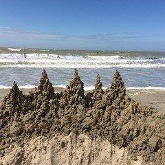 Forten bouwen (Omroep Zeeland) Tags: cadzandbad zeeland