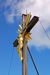 Partenkirchen - Wank (27) - Wank-Gipfelkreuz (Pixelteufel) Tags: garmischpartenkirchen wank bayern bavaria alpen ruhe tourismus gipfelkreuz kreuz gebirge bergwelt jesus heiland glaube religion plastik skulptur bildhauerei figur gestalt statue mann kunst metallplastik metallskulptur golden vergoldet