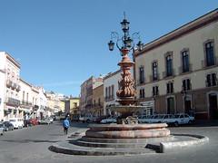La de los faroles (supernova.gdl.mx) Tags: calle fuente ciudad zacatecas farol cantera piedra