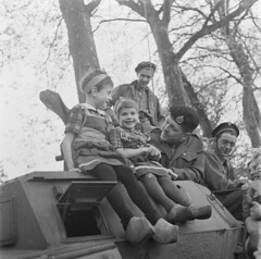 Nederlandse kinderen op een Canadees pantservoertuig, bevrijding Amersfoort 7 mei 1945 | Dutch children on a Canadian armoured car, liberation Amersfoort, may 7th, 1945 | Des enfants nerlandais sur un engine blind, 7 mai 1945 (Nationaal Archief) Tags: wwii worldwarii ww2 soldiers beret secondworldwar worldwartwo armoredcar armouredcar canadianarmy armoredwarfare armouredwarfare