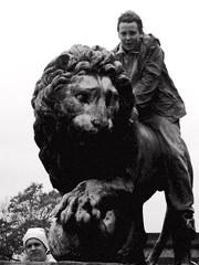 Stanley Park, Blackpool - 2004 (Rhisiart Hincks) Tags: lemhann   lwe lev cerflun statue sculpture eskultura kizelladur stanleypark blackpool sirgaerhirfryn fyldecoast lancashire lloegr powsows england sasana brosaoz ingalaterra angleterre inghilterra anglaterra  angletrra sasainn  anglie ngilandi fylde holidayresort cyrchfangwyliau duagwyn gwennhadu dubhagusgeal dubhagusbn zuribeltz czarnobiae blancinegre blancetnoir blancoynegro blackandwhite  bw feketefehr melnsunbalts juodairbalta negruialb siyahvebeyaz rnoinbelo    zwartenwit mustajavalkoinen crnoibelo ernabl schwarzundweis