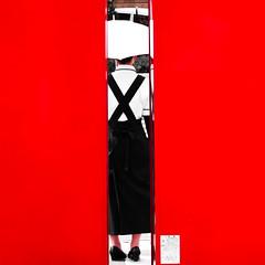 Rouge, c'est rouge (www.danbouteiller.com) Tags: japan japon japonia hakodate hokkaido asia asian asiatique red rouge wall mur femme woman umbrella parapluie lines canon canon550d 550d eos