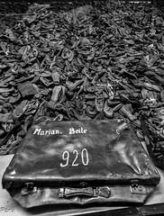 Esperando el regreso (Perurena) Tags: maleta equipaje abandono zapatos shoes robo botin nazis camposdeconcentracin judios polacos auswitch polonia