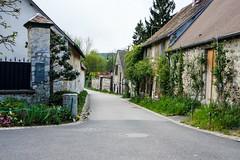 Giverny (KPPG) Tags: giverny rueclaudemonet frankreich dorf landstrase outdoor gebude architektur brgersteig gasse