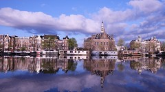Balade au bord de l'Amstel *--*- °° (Titole) Tags: reflection amsterdam clouds thenetherlands thumbsup 169 paysbas houseboats amstel friendlychallenges herowinner titole photoquestchallenge nicolefaton