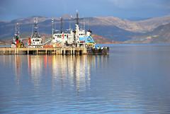 Cidhe BUTEC (Mrtainn) Tags: scotland boat highlands alba escocia alban szkocja esccia schottland westerross schotland ecosse lochalsh scozia skottland rossshire skotlanti skotland kyleoflochalsh butec broskos caollochaillse esccia skcia albain bta iskoya  rawtherapee  lochaillse gidhealtachd cidhebutec butecpier taobhsiarrois siorramachdrois scoia