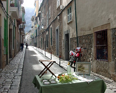 Gasse in Soller, Mallorca (klausrueffer) Tags: tisch schatten gemse pflaster antiquitten gasse dunst glanz huserfront tiefenwirkung steinhuser
