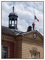 drapeau tricolore en berne aprs l'attentat du 14 juillet  Nice (thierrymasson94) Tags: drapeautricoloreenberneaprslattentatdu14juilletnice drapeau rambouillet france deuilnational
