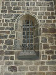 Doppelt hlt besser (mkorsakov) Tags: dortmund huckarde kirche church fenster window zugemauert bricked vergittert barred wtf doppelt