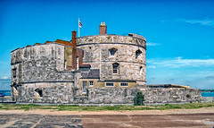 Calshot Castle (f0rbe5) Tags: calshotcastle calshot castle building architecture stone henryviii devicefort fort device calshotspit spit fortification curvilinear squat artillery tower round bastion rampart henriciancastle henrician 1540 schneidertrophy airraces seaplanes aircraftsmanshaw shaw coloneltelawrence telawrence lawrence lawrenceofarabia flag englishheritage heritage solent fawley southamptonwater hampshire hants uk 2009