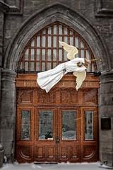 Boutique du parvis (Paul Leb) Tags: door winter snow canada church angel puerta montréal basilica hiver ange nieve iglesia notredame québec boutique porte invierno neige église parvis basilique basílica vieuxmontréal