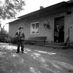 081113bi1-1-02.jpg (Marcin Szymczak) Tags: 6x6 mateusz stasia babcia bw okno