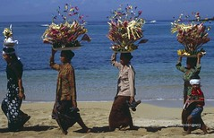 Bali, Padang Bai, ceremony (blauepics) Tags: indonesien indonesia indonesian indonesische bali island padang bai zeremonie ceremony hindu woman frau kids balancing balanzieren gifts geschenke opfergaben donation procession prozession sea meer beach strand