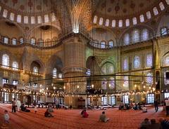 Interior de la Mezquita Azul... (Leo ) Tags: bluemosque mezquitaazul sultanahmetcamii sedefkarmehmetaa arquitectura arte interior vidrieras luces luz gente rezar ventanas columna mezquita espiritual estambul turqua