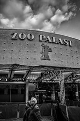Zoo Palast - Berlinale (Ferdinand Klotzky) Tags: berlin deutschland de black and white capital city zoo palast cinema street photography people harsh berlinale