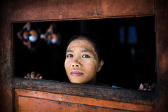 Indonesia (mokyphotography) Tags: indonesia lombok donna woman portrait ritratto people persone visi face occhi eyes window fishermanvillage