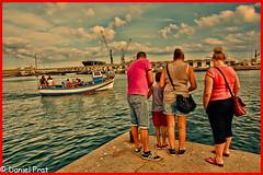 Mirando o buscando (dapray) Tags: geostate geocountry puerto barca gente mar muelle vilanova geltru