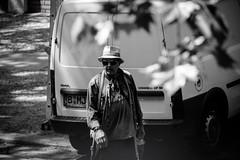 Mit Hut und Sonnenbrille (Rubina V.) Tags: berlin menschen monochrom streetphotography strassen street stdte people monochrome blackwhite strasen
