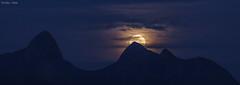 Nascer da Lua sobre a Mulher de Pedra (Waldyr Neto) Tags: moon mountains moonrise lua moonset montanhas luacheia mulherdepedra trêspicos petp