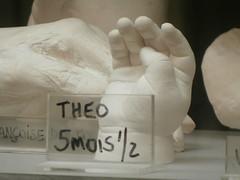 mano di bimbo (Roberto Urios) Tags: paris parigi vetrina vitrine mano hand hands main gesso calco