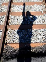 La dclaration (C anic) Tags: personne extrieur reflet soleil voie de chemin fer caillou rails