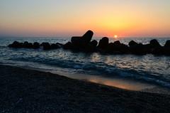 Mare nostrum [Explore n 164 - 12 agosto 2016] (encantadissima) Tags: capodorlando messina sicilia mare frangiflutti controluce tramonto battigia onde sole isoleeolie panorama