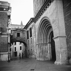 Film: Arch and Gate (rafa.esteve) Tags: valencia architecture mediumformat 1x1 ilfordfp4plus125 blackandwhite blackwhite cathedral gate arch