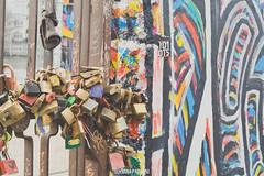 East Side Gallery - Berlín (Luciana Paoloni) Tags: berlin muro germany alemania eastside eastsidegallery candados