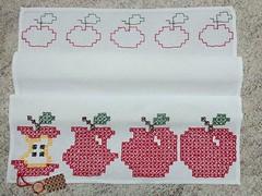 2 (AneloreSMaschke) Tags: artesanato bordado tecido xadrez bordadoxadrez maça
