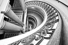Treppe (heinzkren) Tags: wien vienna ottowagner 1884 brogebude architektur stiege treppe gelnder stiegenhaus schmiedeeisen spirale etagen stockwerke openhouse bw sww weitwinkel sw sulen stufen lnderbank stairway steps grnderzeit