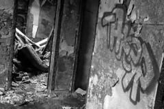 Chez eux (kyopé) Tags: tag debris ruine scratch abandonné papierpeint postapo éfrondré