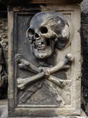 edinburgh, holyrood abbey (violica) Tags: skull scotland edinburgh unitedkingdom unesco holyrood royalmile oldtown edimburgo regnounito teschio basrelief holyroodabbey scozia bassorilievo unescoheritage