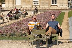 Jardin du Luxembourg - Paris (France) (Meteorry) Tags: park people paris france male boys students sunshine garden soleil spring couple europe ledefrance candid jardin guys april snat parc printemps hommes idf tudiants garcons jardinduluxembourg 2015 mecs meteorry parispeople plimsols