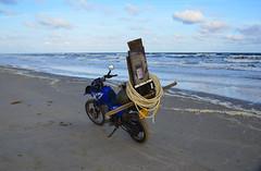 Vlieland - Noordzeestrand - noordwestenwind (Dirk Bruin) Tags: vlieland strand vliehors noordwestenwind noordwest jutten strandjutten jutterij beachcombing beachcomber strandrauber aanspoeling vloedlijn vloedmerk xt600e yamaha jutbrommer beachcomb moped