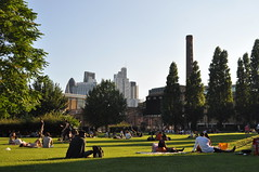 Allen Gardens (stevekeiretsu) Tags: london 122lh herontower people park skyline cityoflondon ssc chimney 30sma tower42