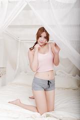 DSC_4641 (錢龍) Tags: 鄔育錡 女孩 girl 棚拍 lillian beauty 棉褲 白襯衫 床 家具 美腿 d700 nikon 辣妹
