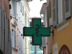 Via Pessina, Lugano - green cross (ell brown) Tags: lugano switzerland ticino italianlakedistrict lakelugano lagodilugano glaciallake luganocentro greencross viapessina shutter shutters